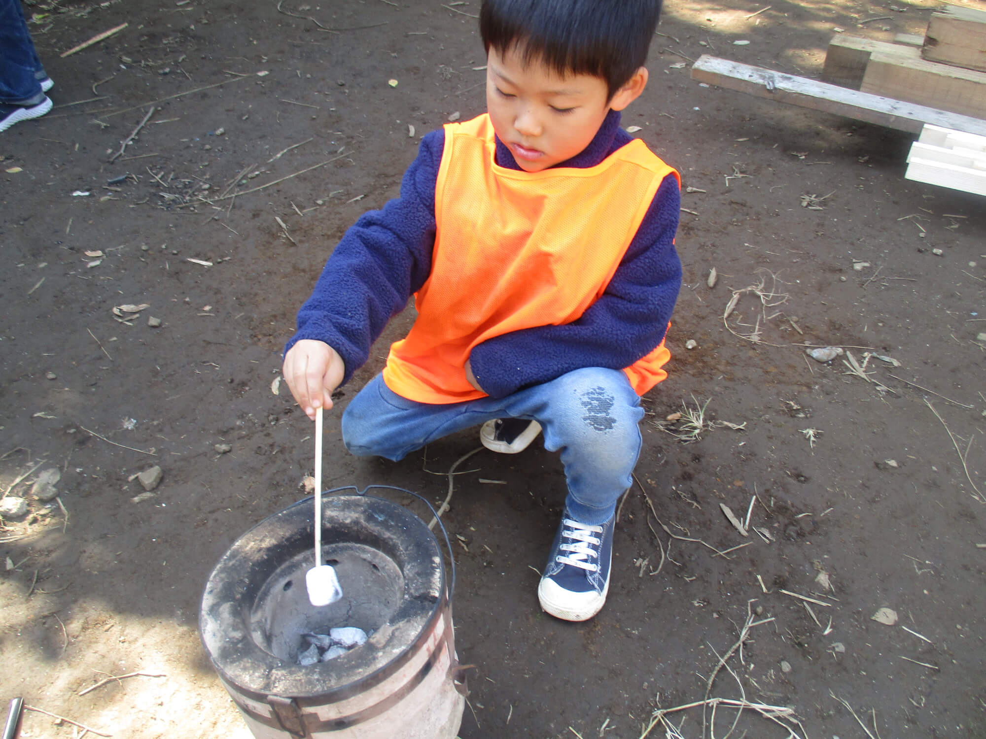 マシュマロを焼く子ども