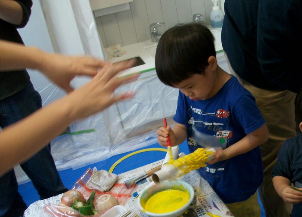 絵の具を塗る子ども