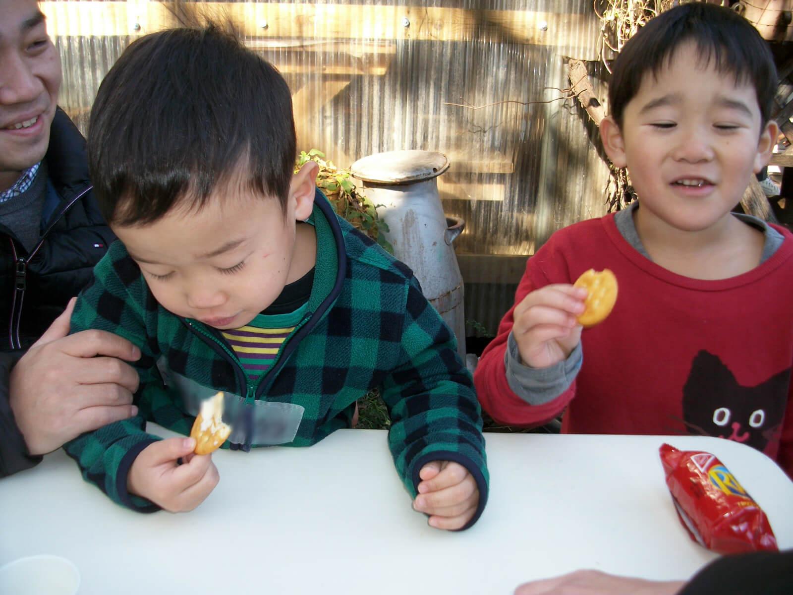 手作りバターを食べる子どもたち