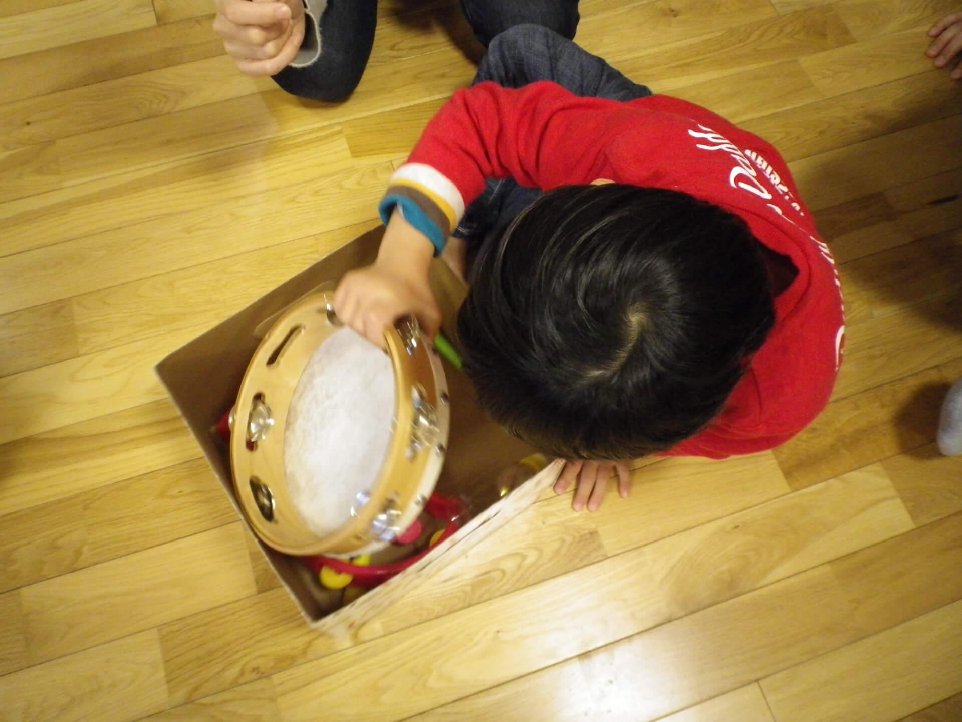 楽器を選ぶ子ども