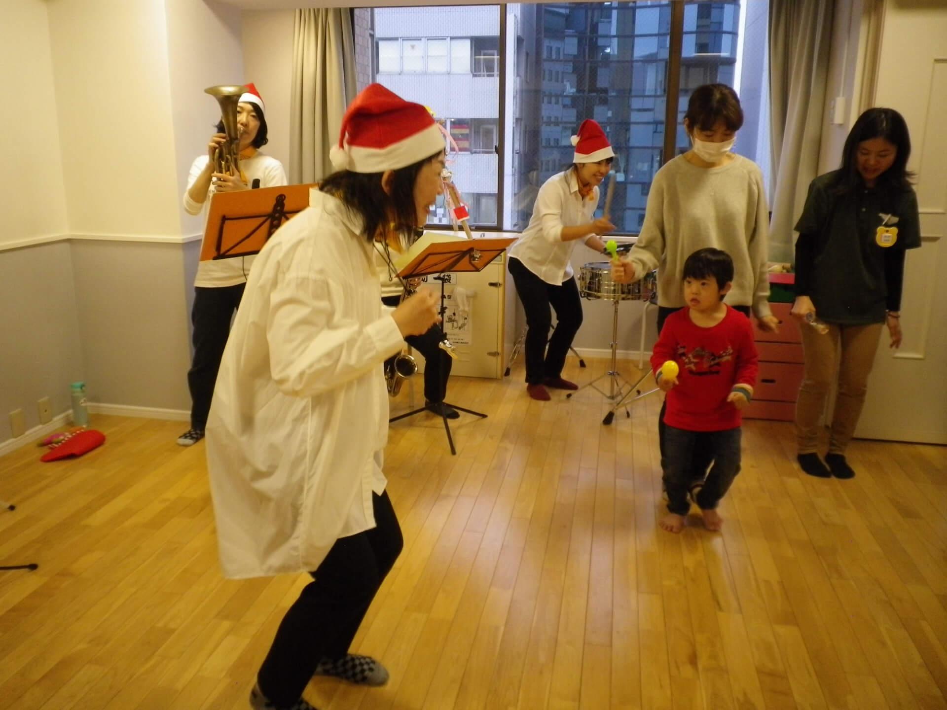 楽器を演奏する職員と子ども