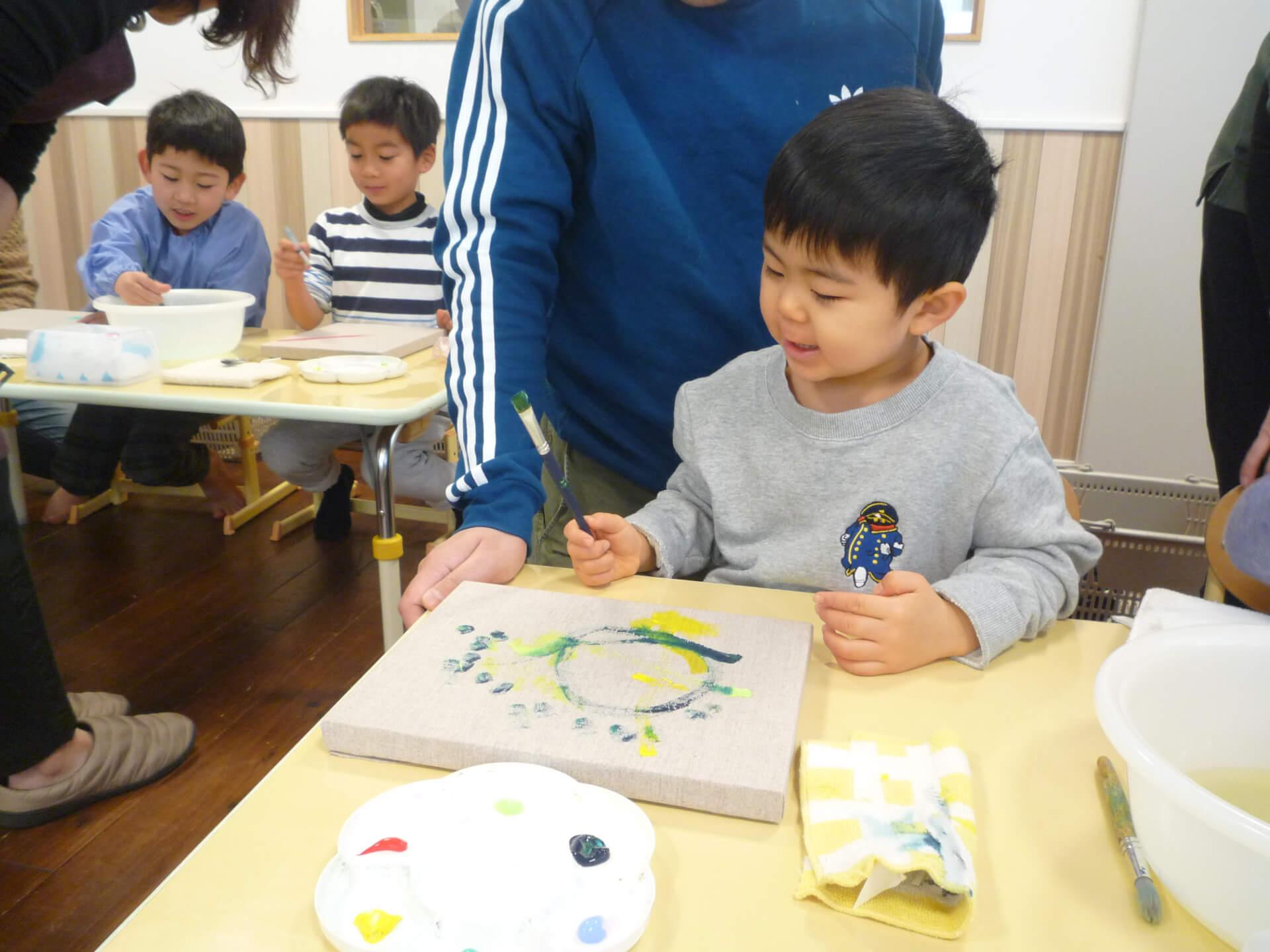 時計に絵を描く子ども