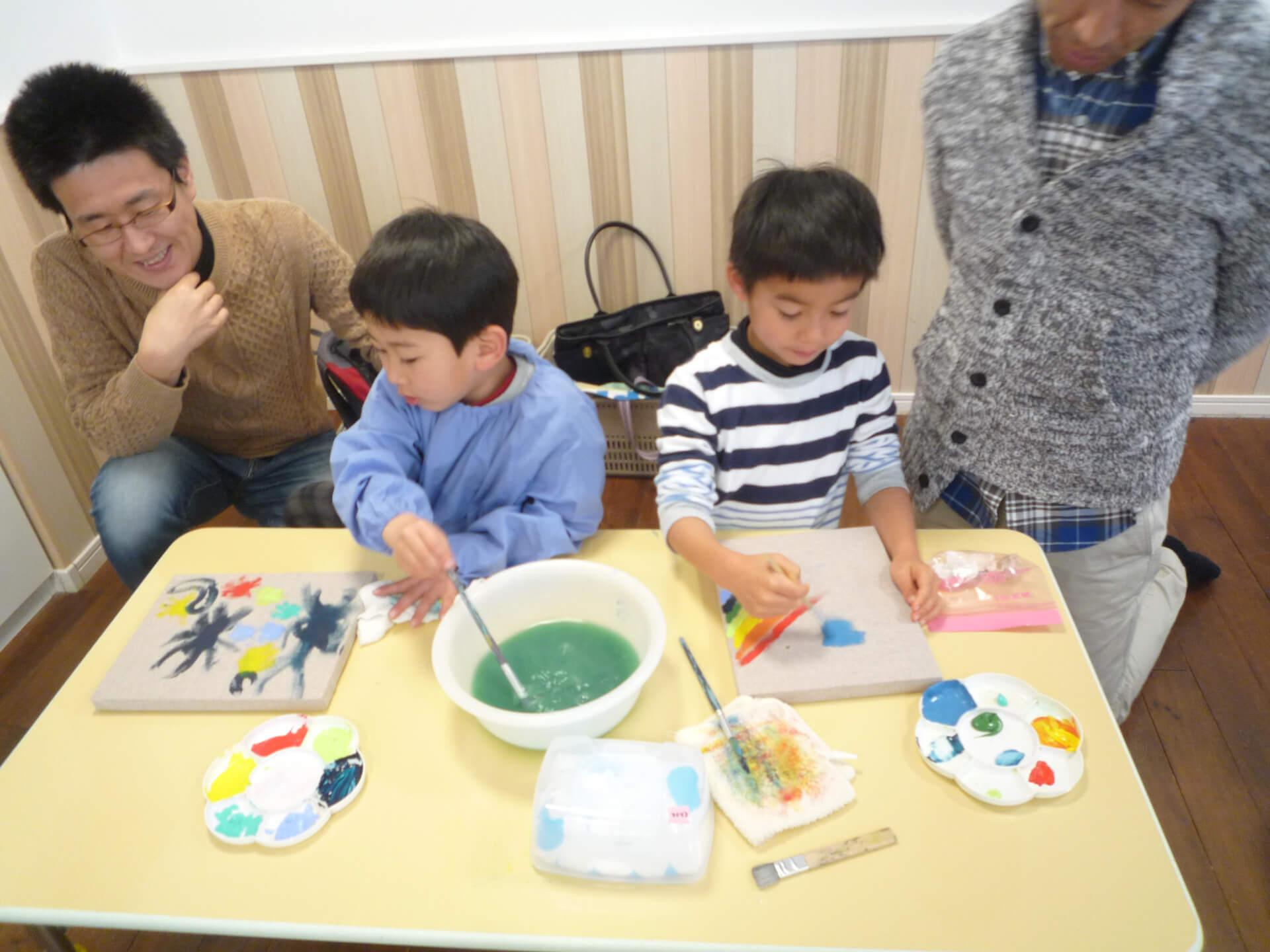 時計に絵を描く子どもたち