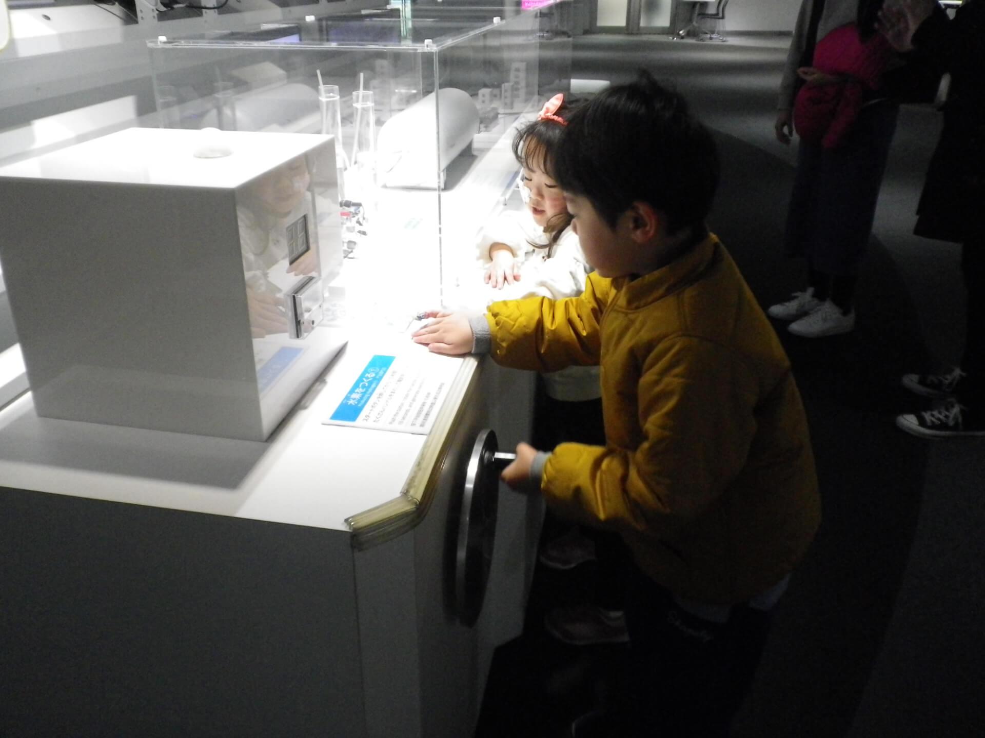 展示物を操作する子どもたち