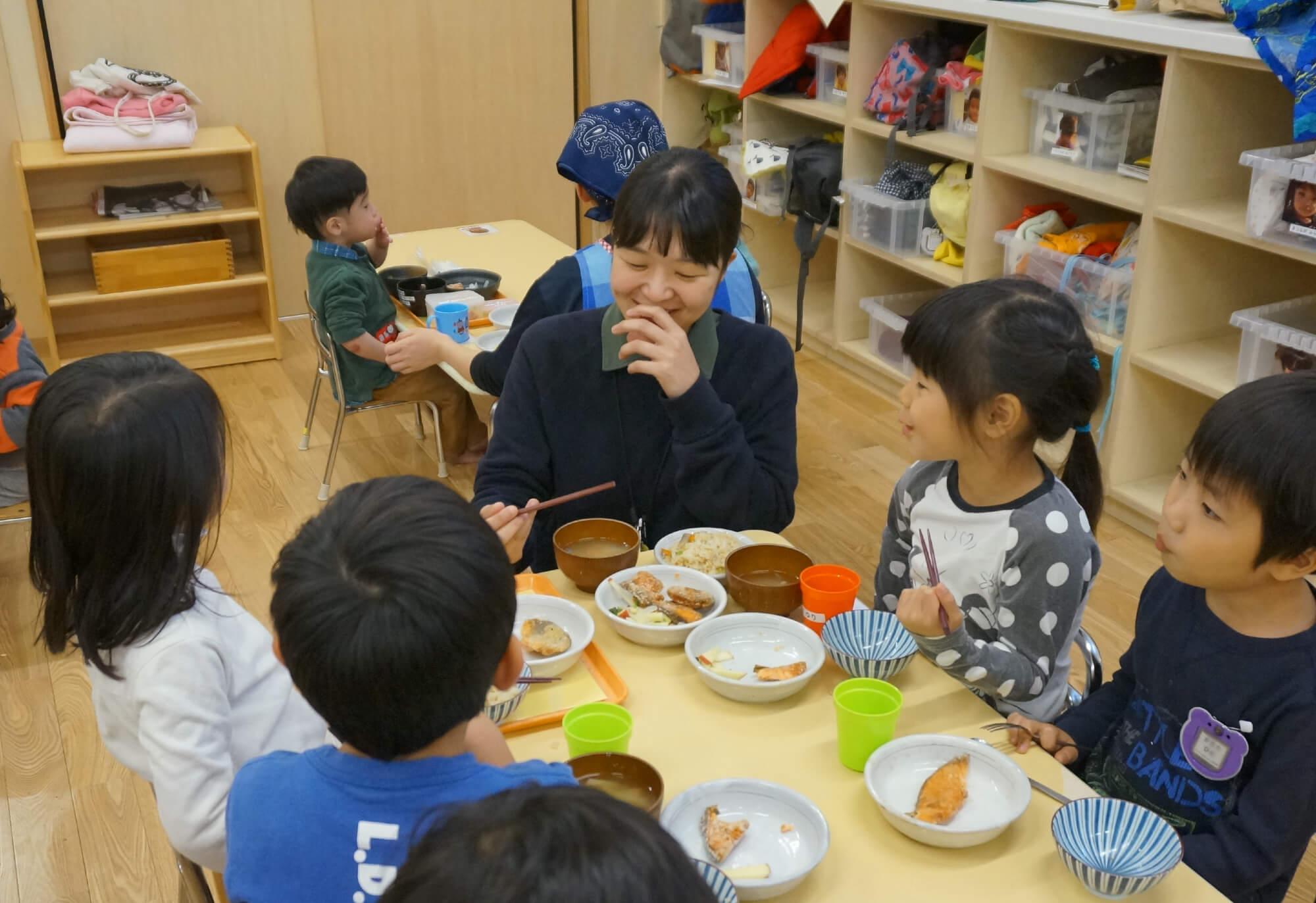 子どもと一緒に給食を食べる