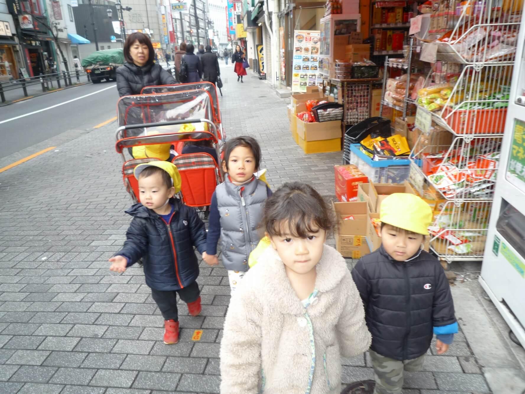 商店街を散歩する園児たち