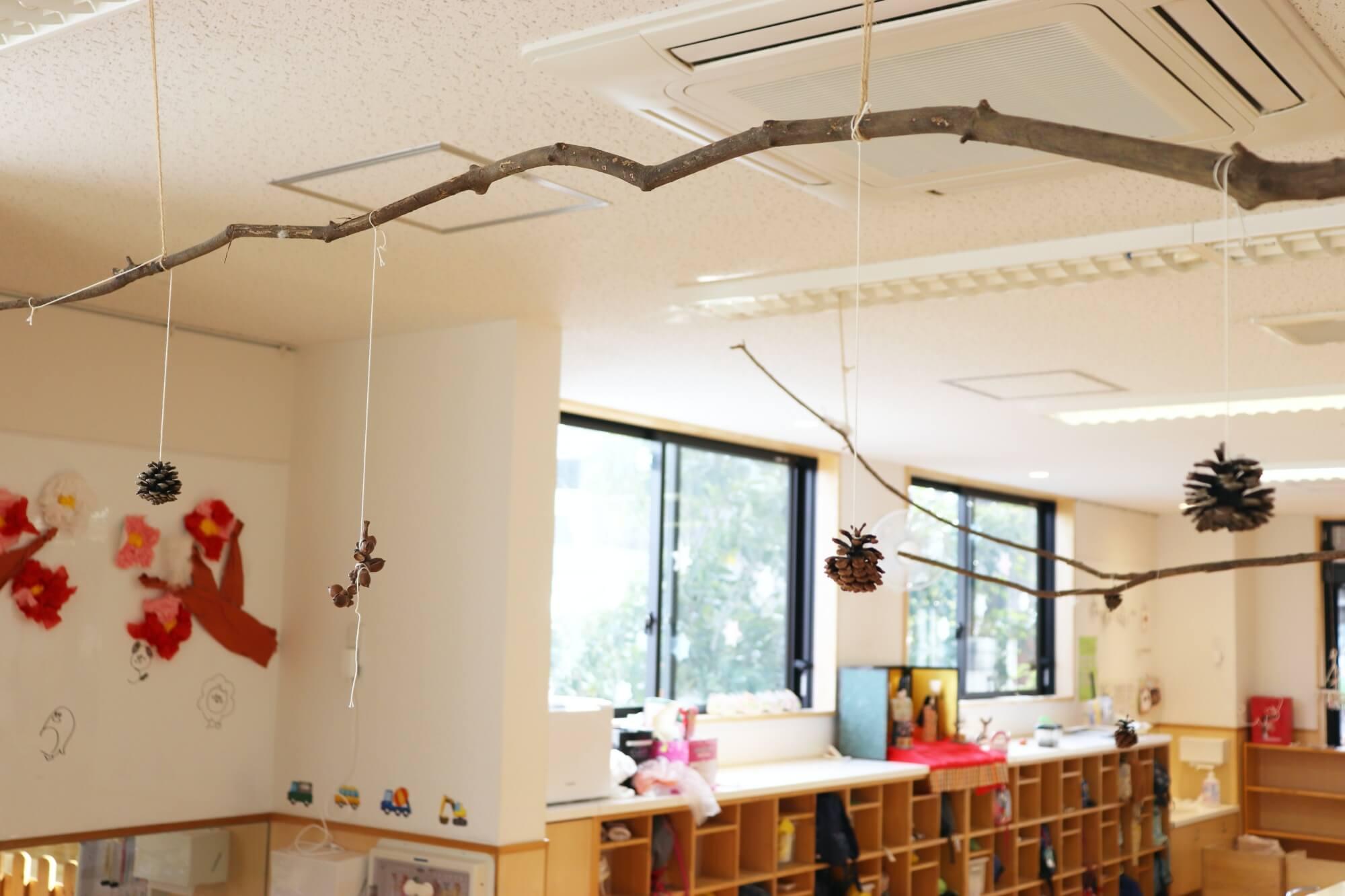 室内には木や松ぼっくりなど自然にあるもので作った飾りが数多く飾られている