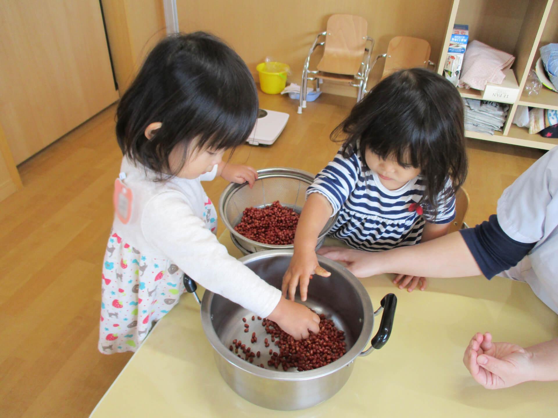 小豆からあんこ作りする子どもたち