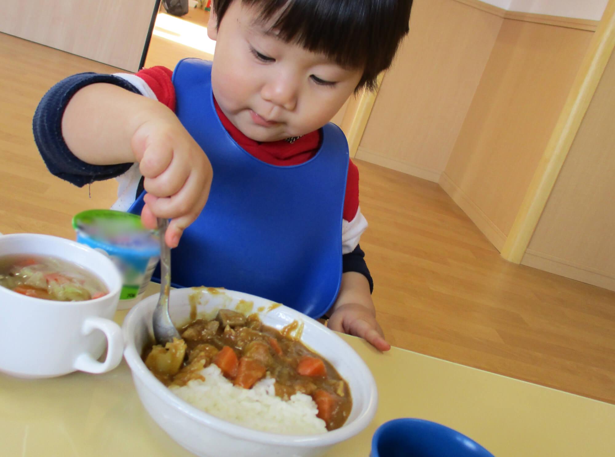 カレーを食べる子ども