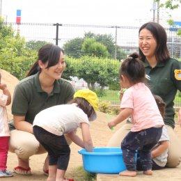 子どもたちと遊ぶ保育学生