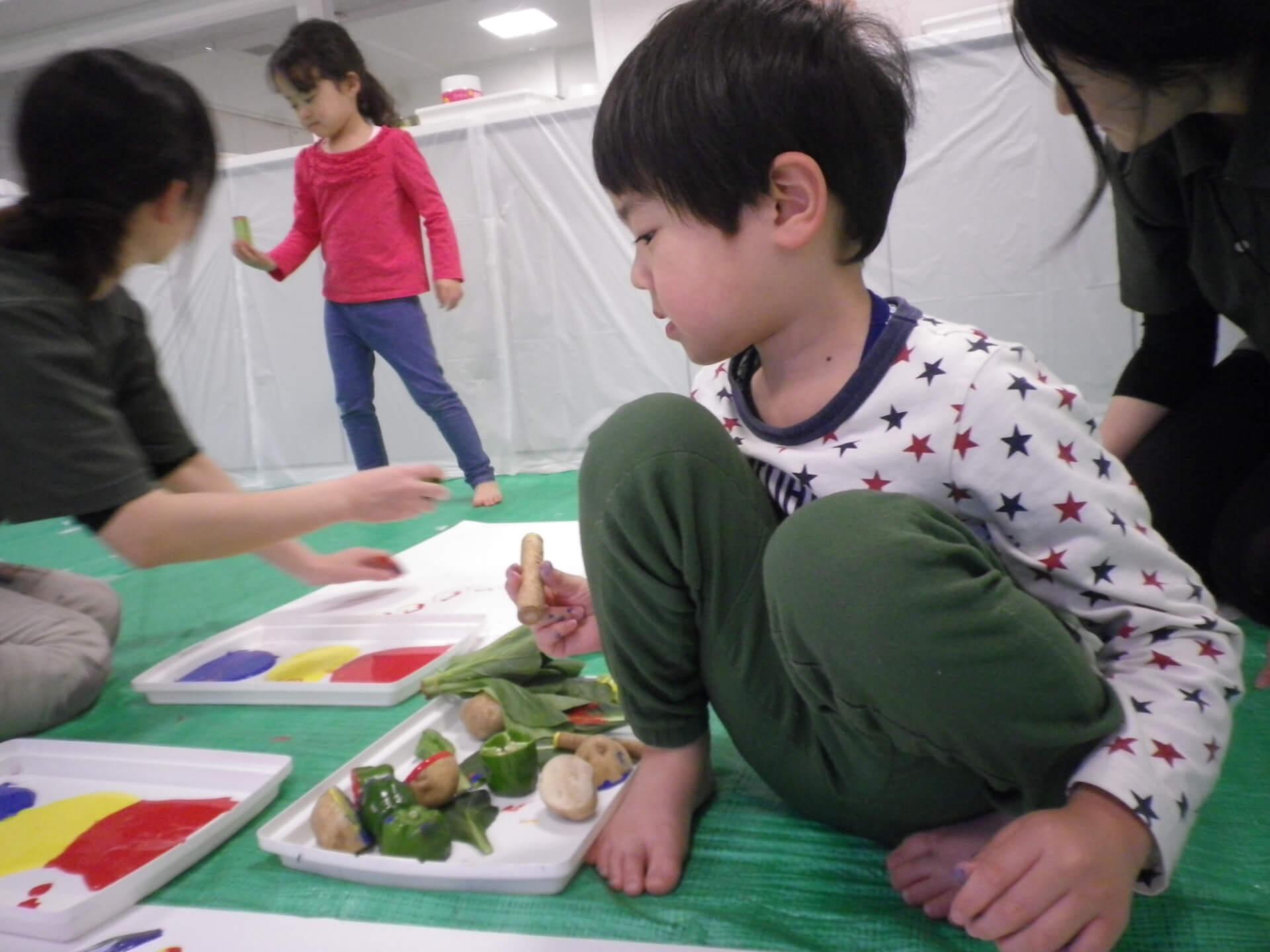 野菜を選ぶ子ども