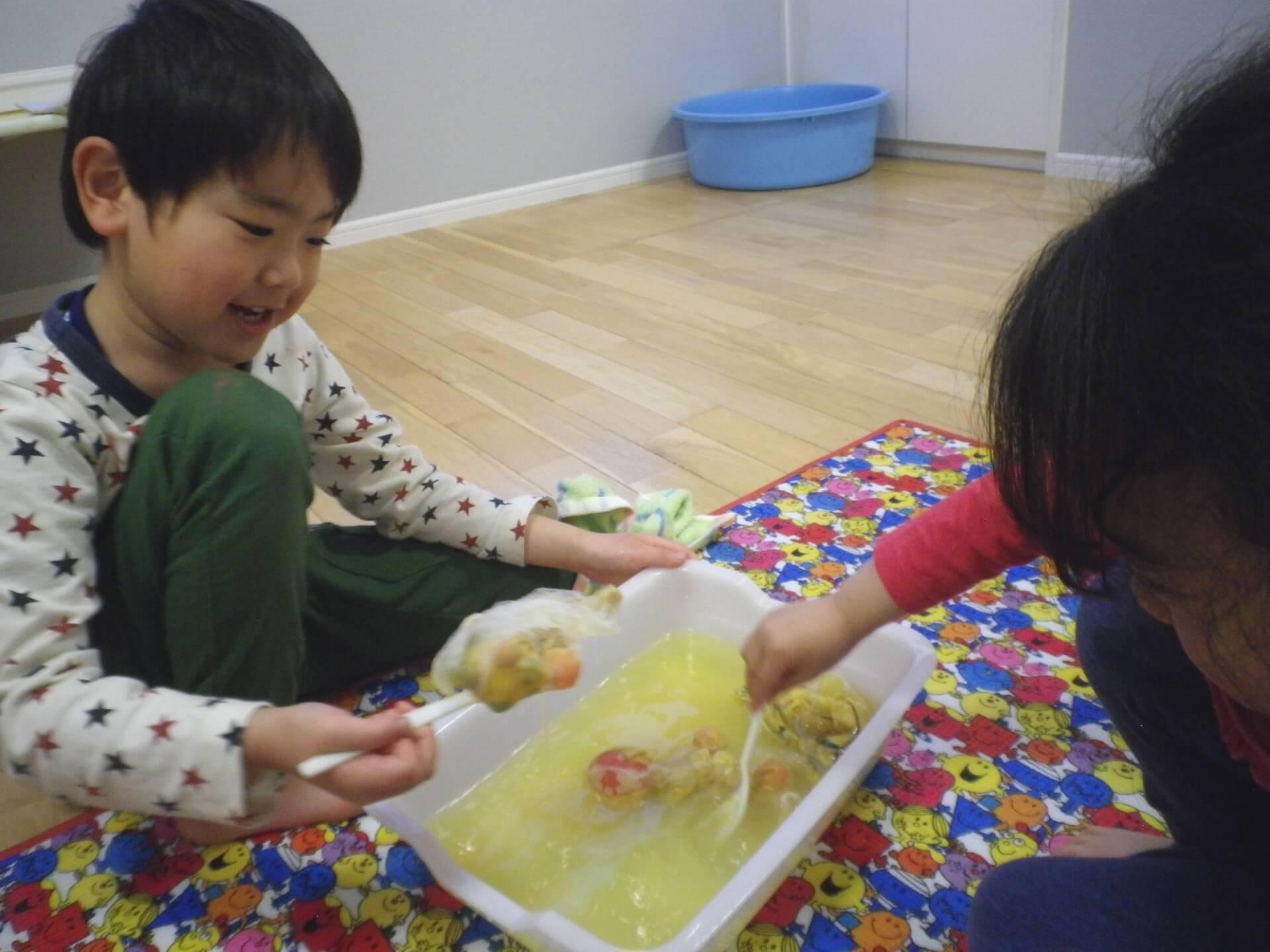 玉ねぎの皮で染色する子どもたち