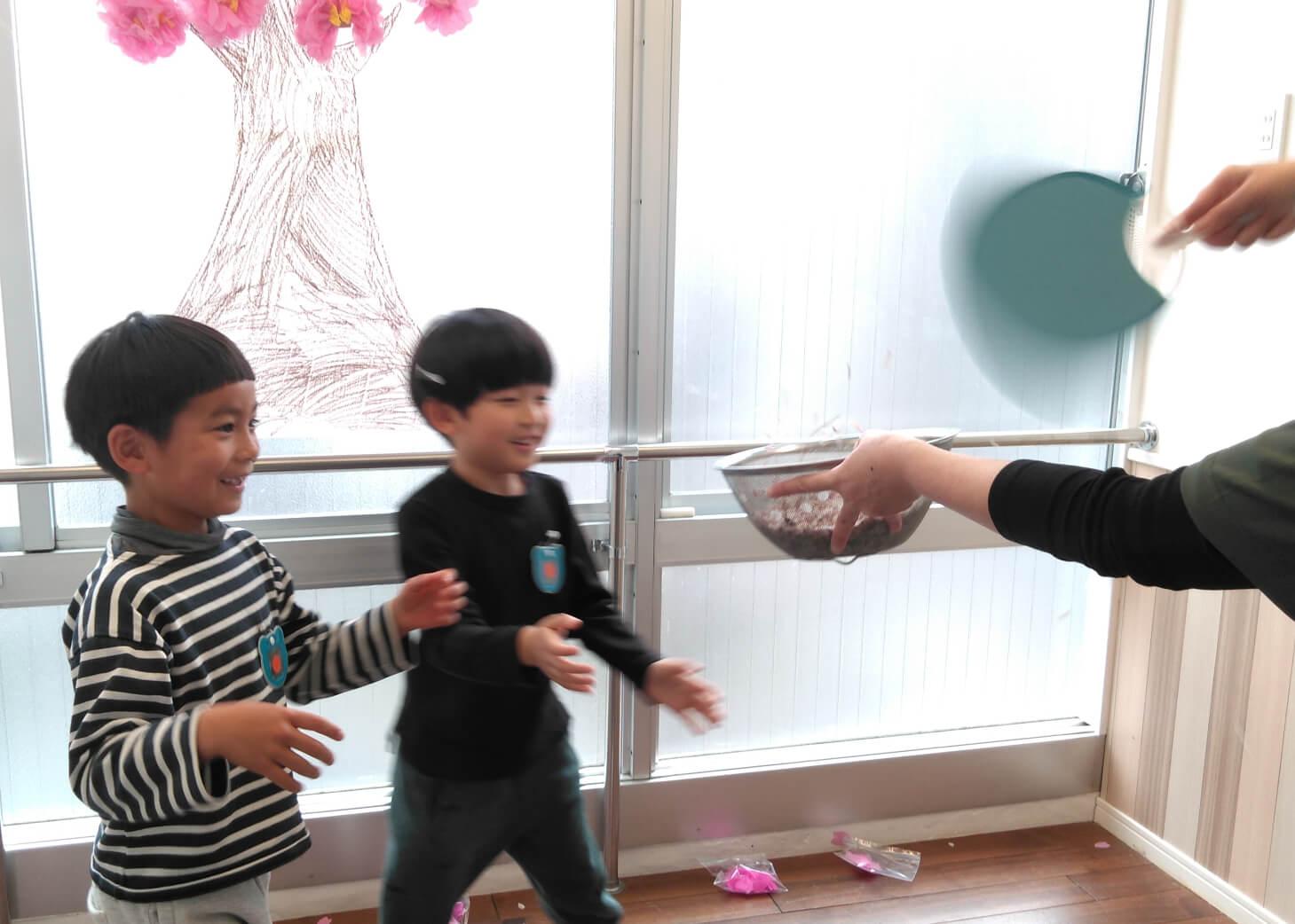 桜吹雪で遊ぶ子どもたち