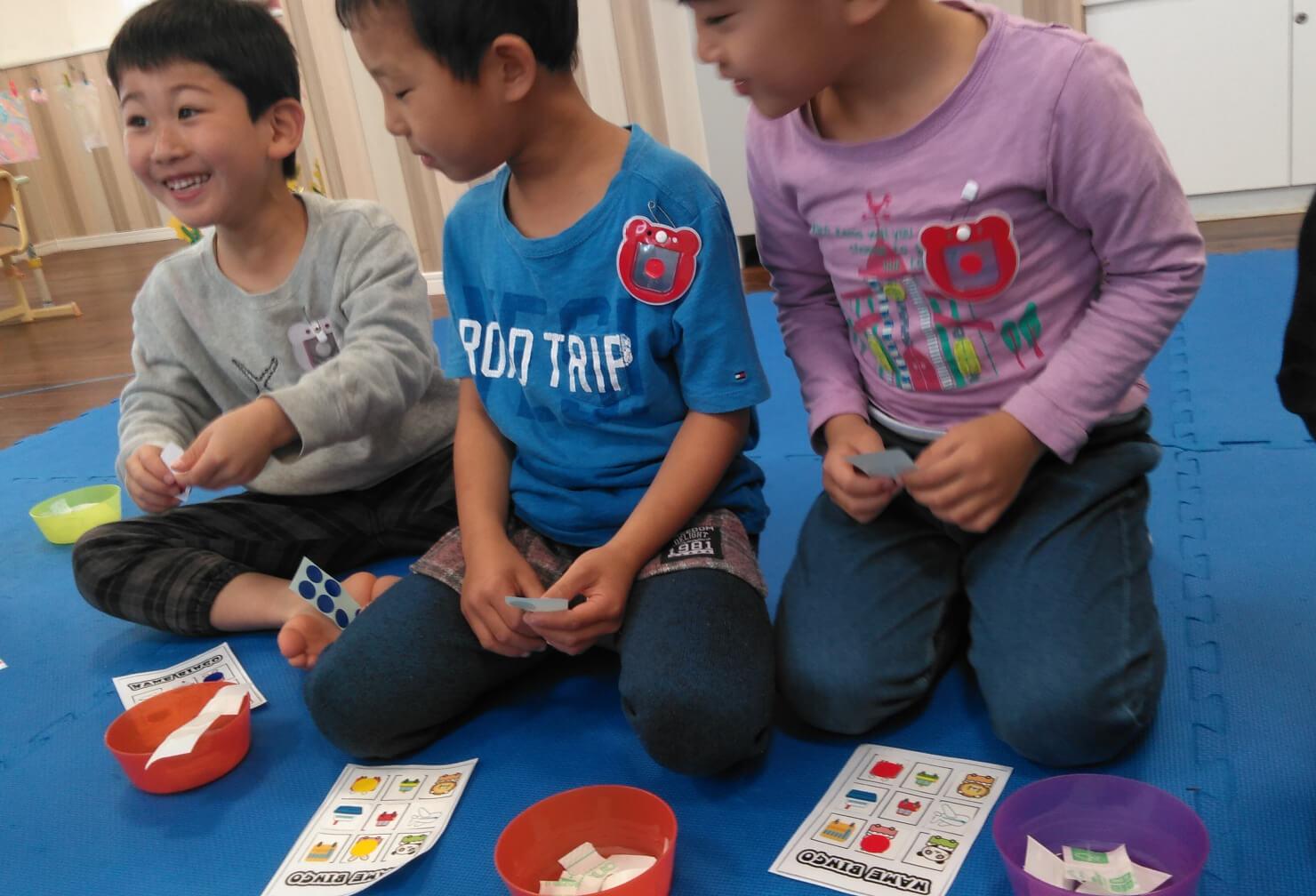 ビンゴカードを作る子どもたち