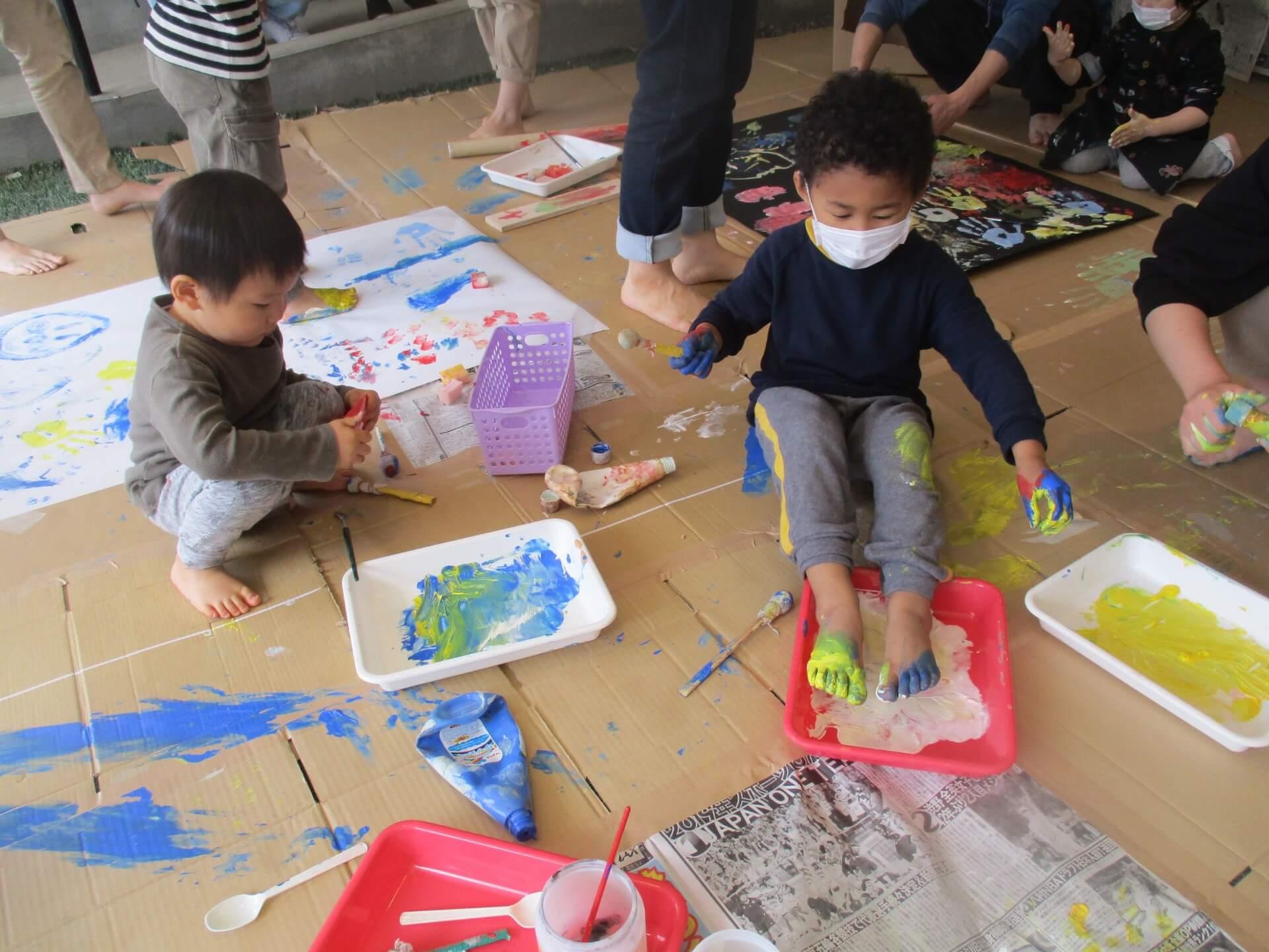 絵の具を体に塗る子どもたち