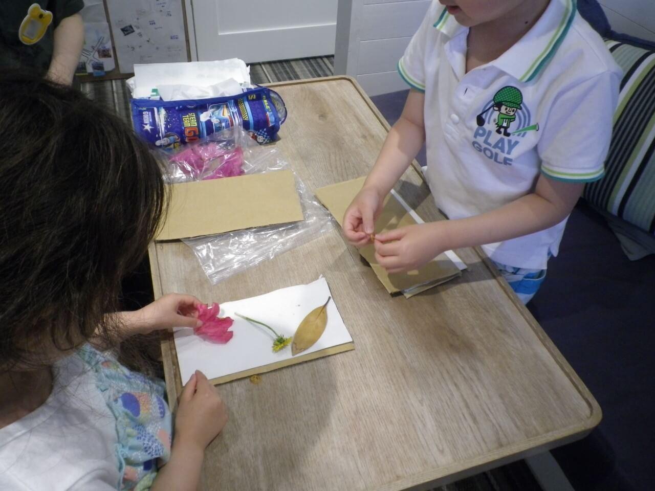 押し花を作る子ども