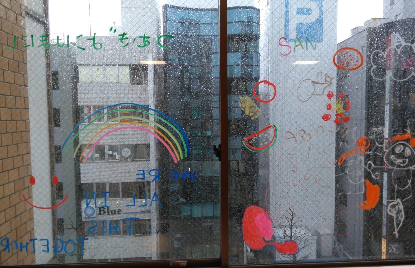窓に描かれた絵やメッセージ