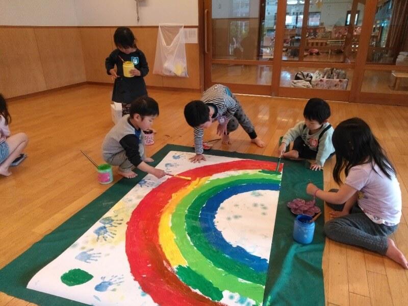 子どもたちの提案で雨上がりの青い空をイメージ