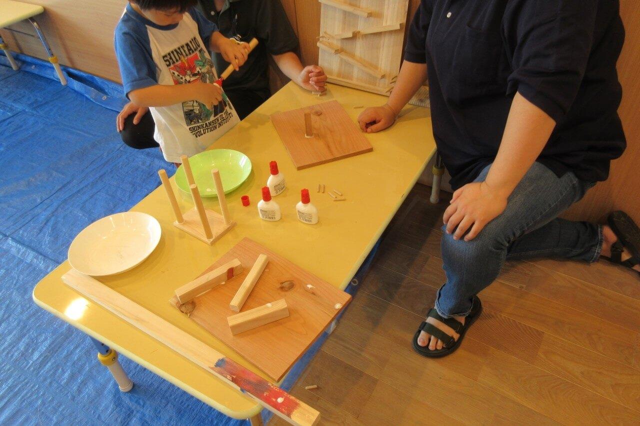木材で作品を作る子ども