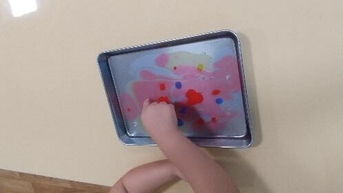 絵の具を混ぜる子ども