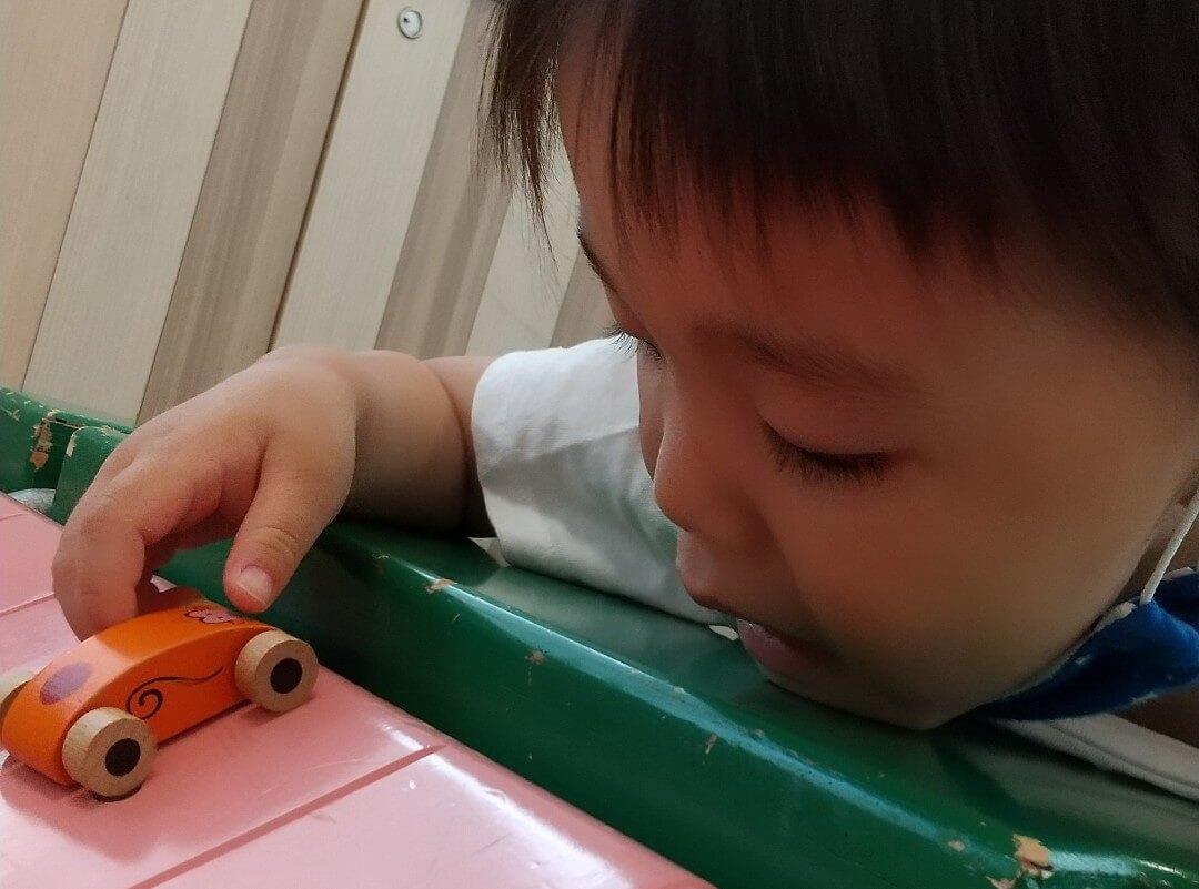 ミニカーで遊ぶ子ども