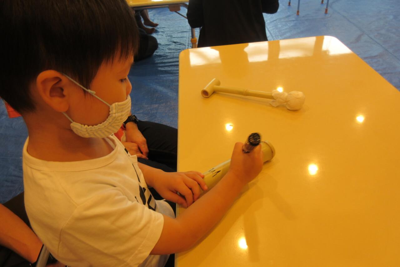 竹水鉄砲を作る子ども