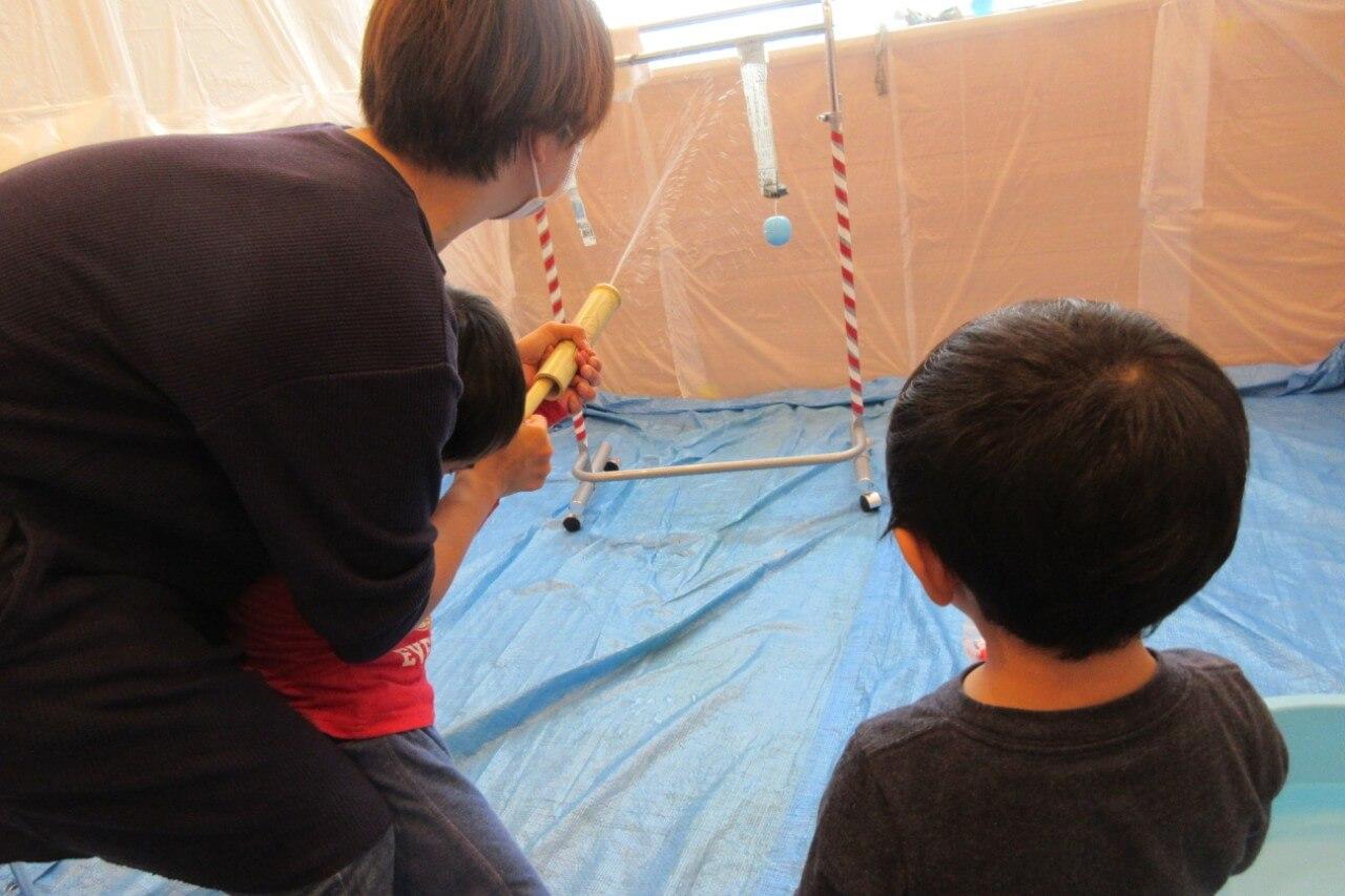 竹水鉄砲で遊ぶ子どもたち