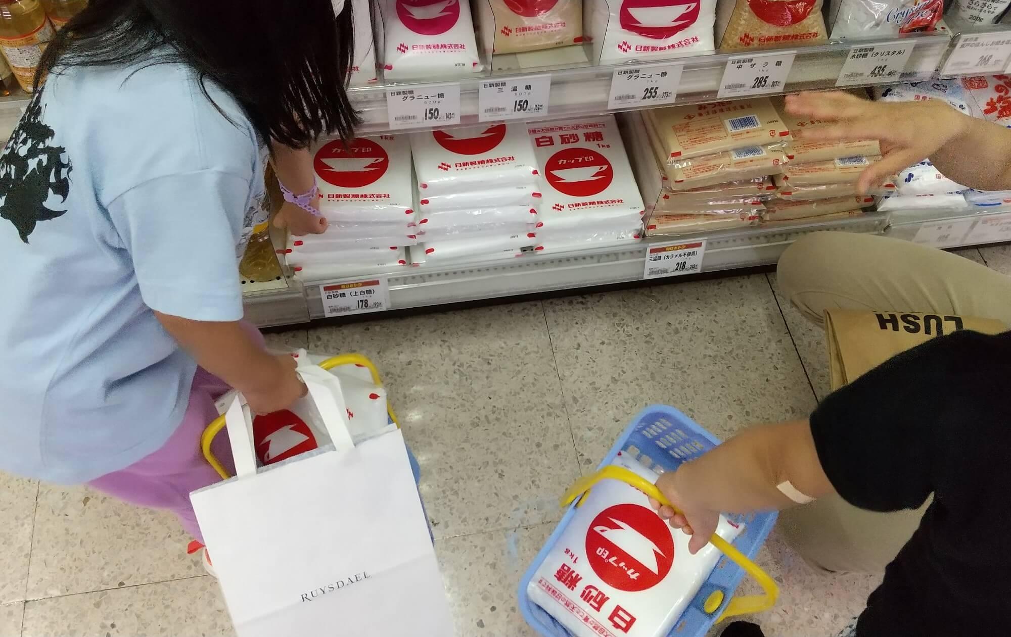 砂糖を購入する子どもたち