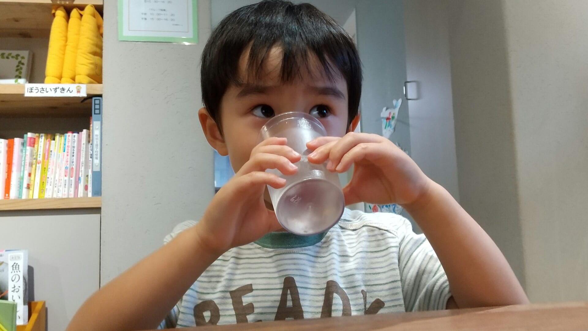 梅ジュースを飲む子ども