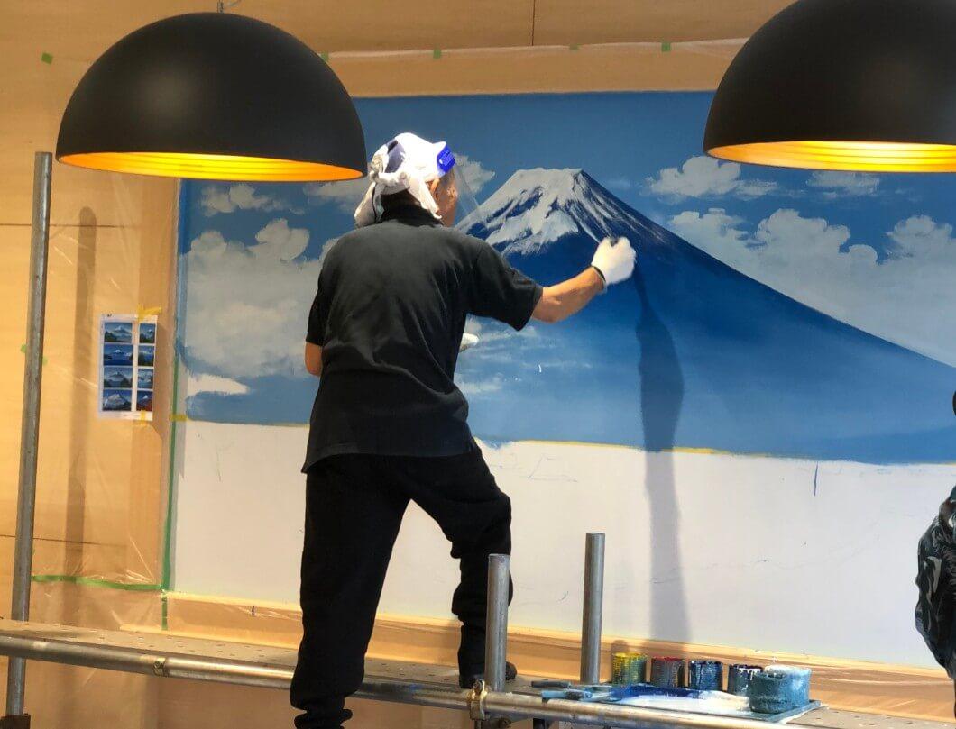 富士山に雪を描く