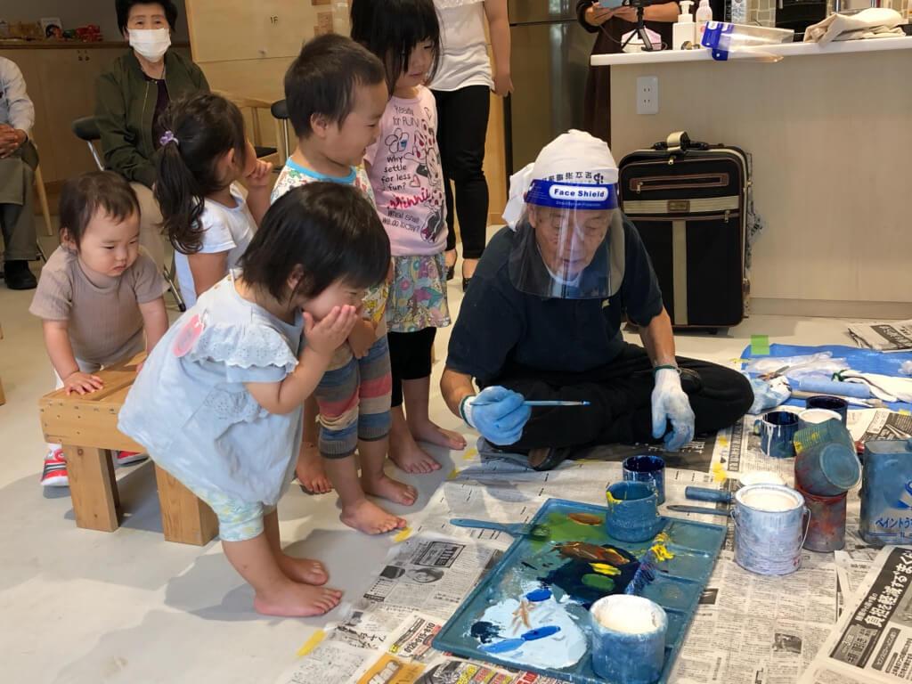 絵具の興味津々な子どもたち