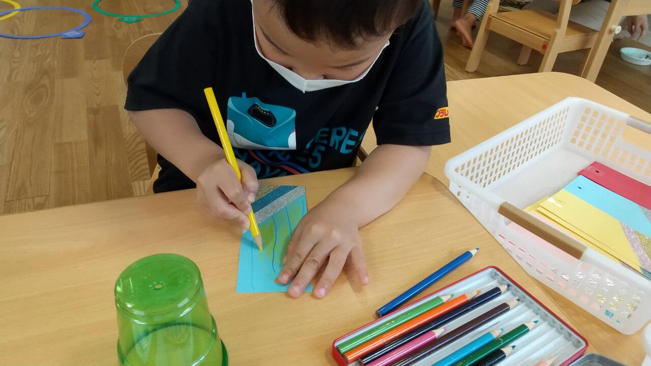 短冊に絵を描く子ども