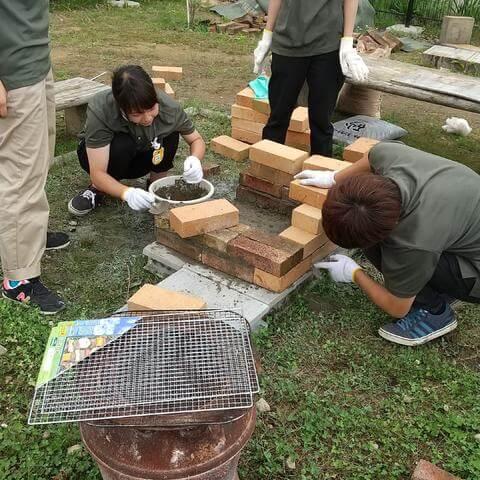 暑い中、セメントを塗りながら煉瓦を重ねていく地道な作業が続いた
