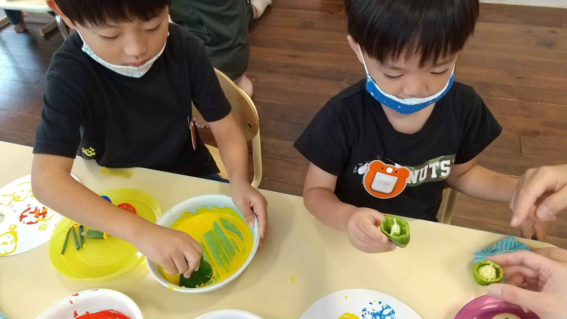 野菜スタンプをする子ども