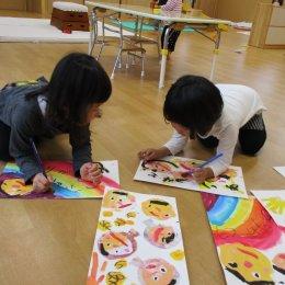 相談しながら絵を描く子ども