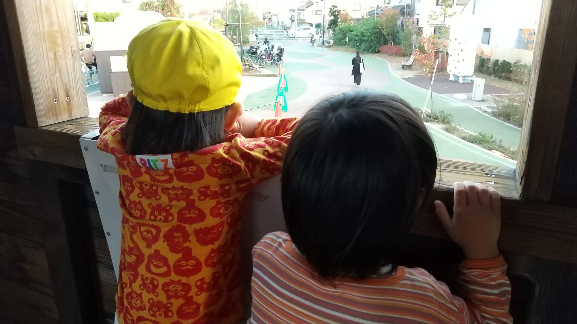 遊具で一緒に遊ぶ子どもたち