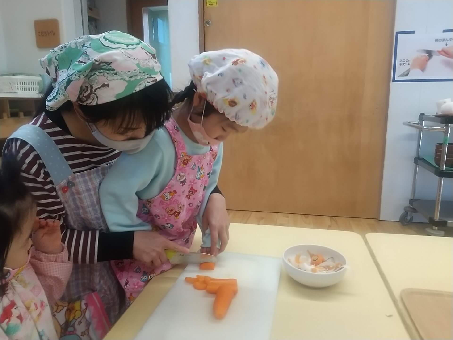 野菜をカットする子どもたち