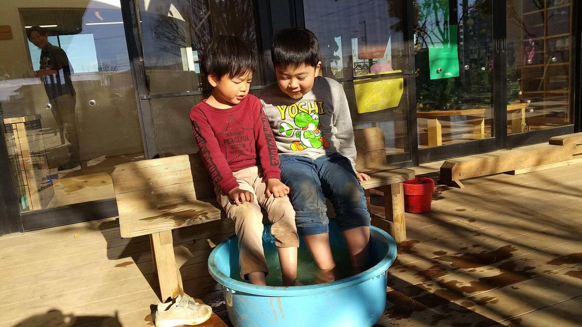 足湯につかる子どもたち