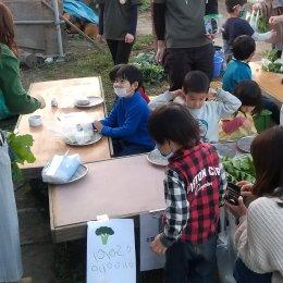 野菜を売る子どもたち