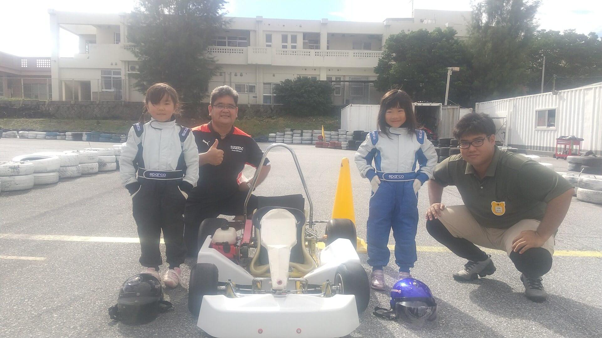 レーシングスーツを身にまとった子どもたち