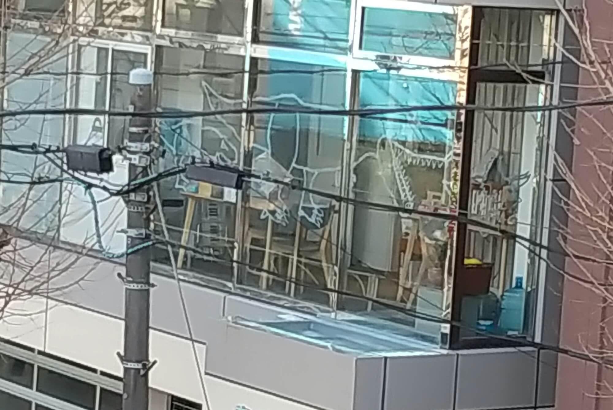 外から見た窓ガラスアート