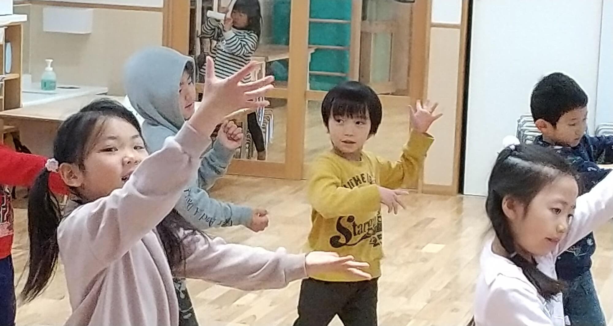 リズム体操で踊る子ども