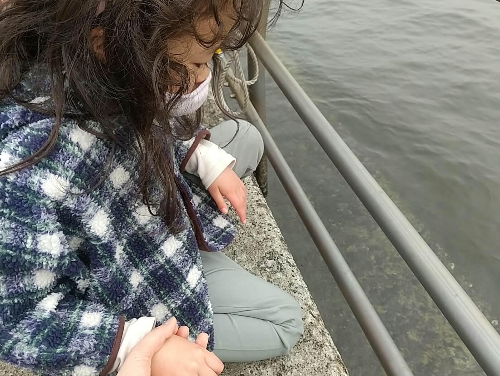 海を見つめる子