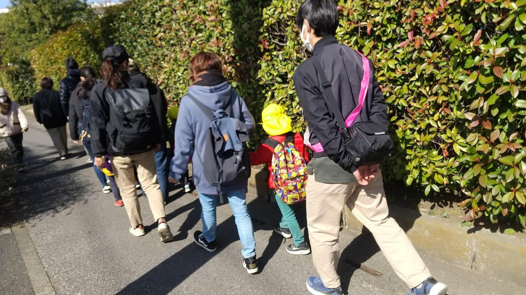 公園に向かう子どもたち