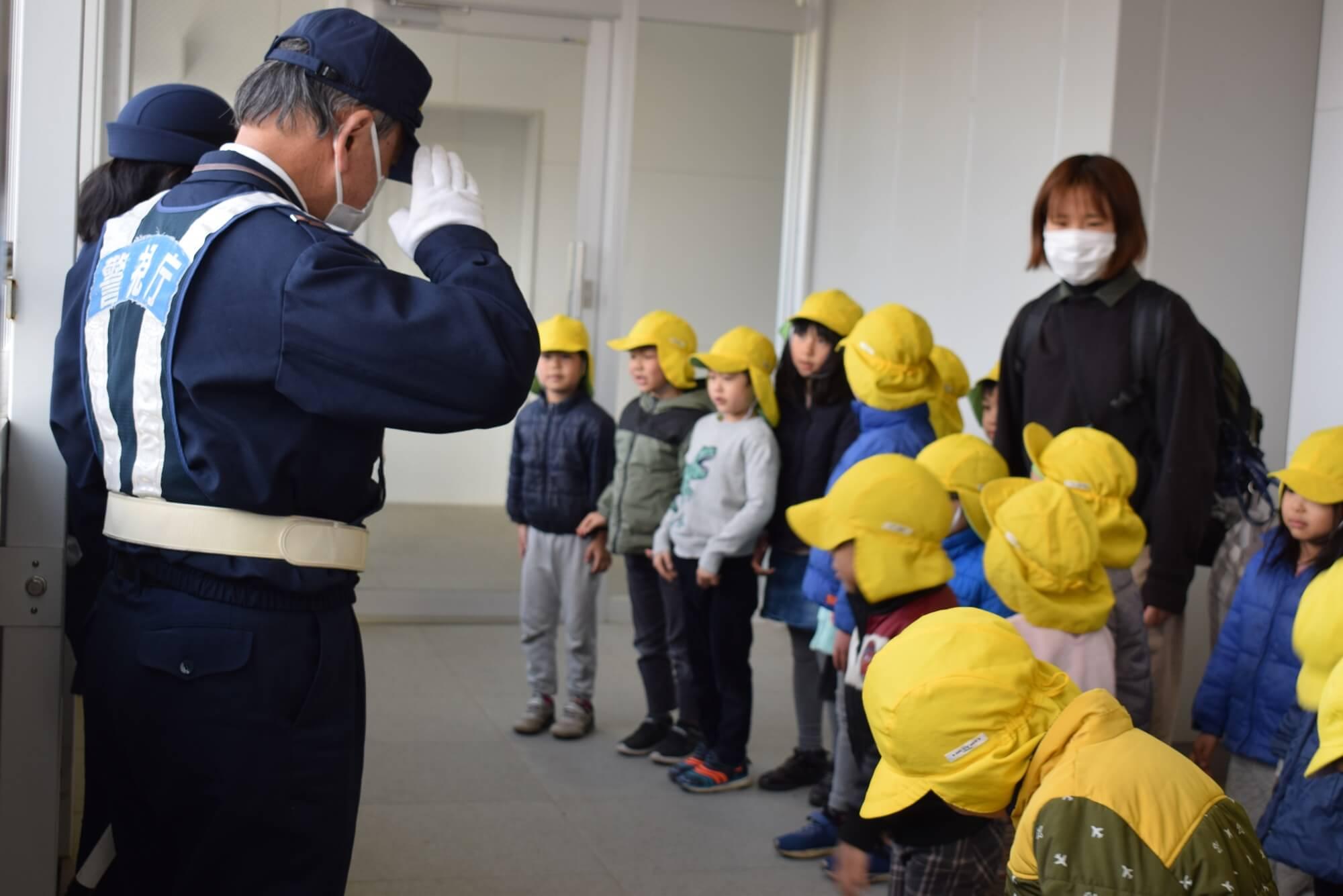 警察官に挨拶する子どもたち