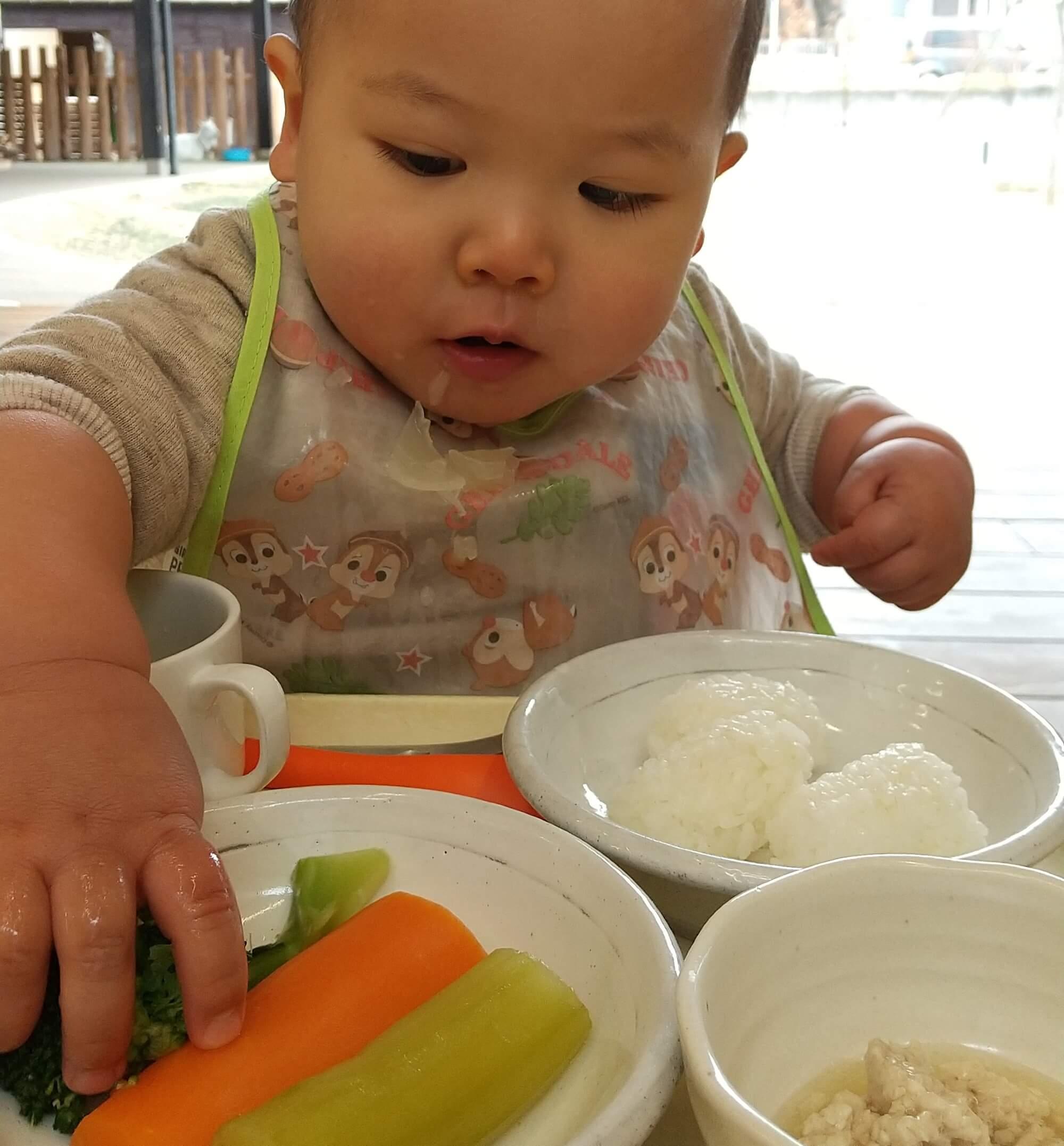 手づかみ食べをする子ども