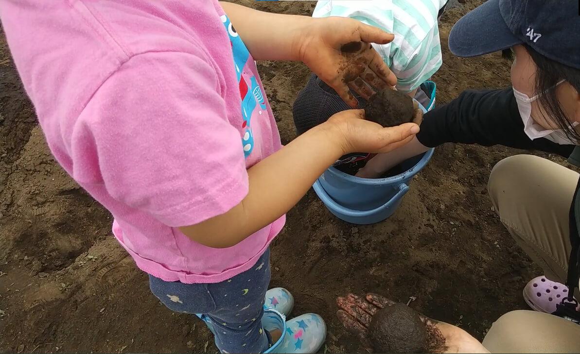 泥だんごを作る子ども