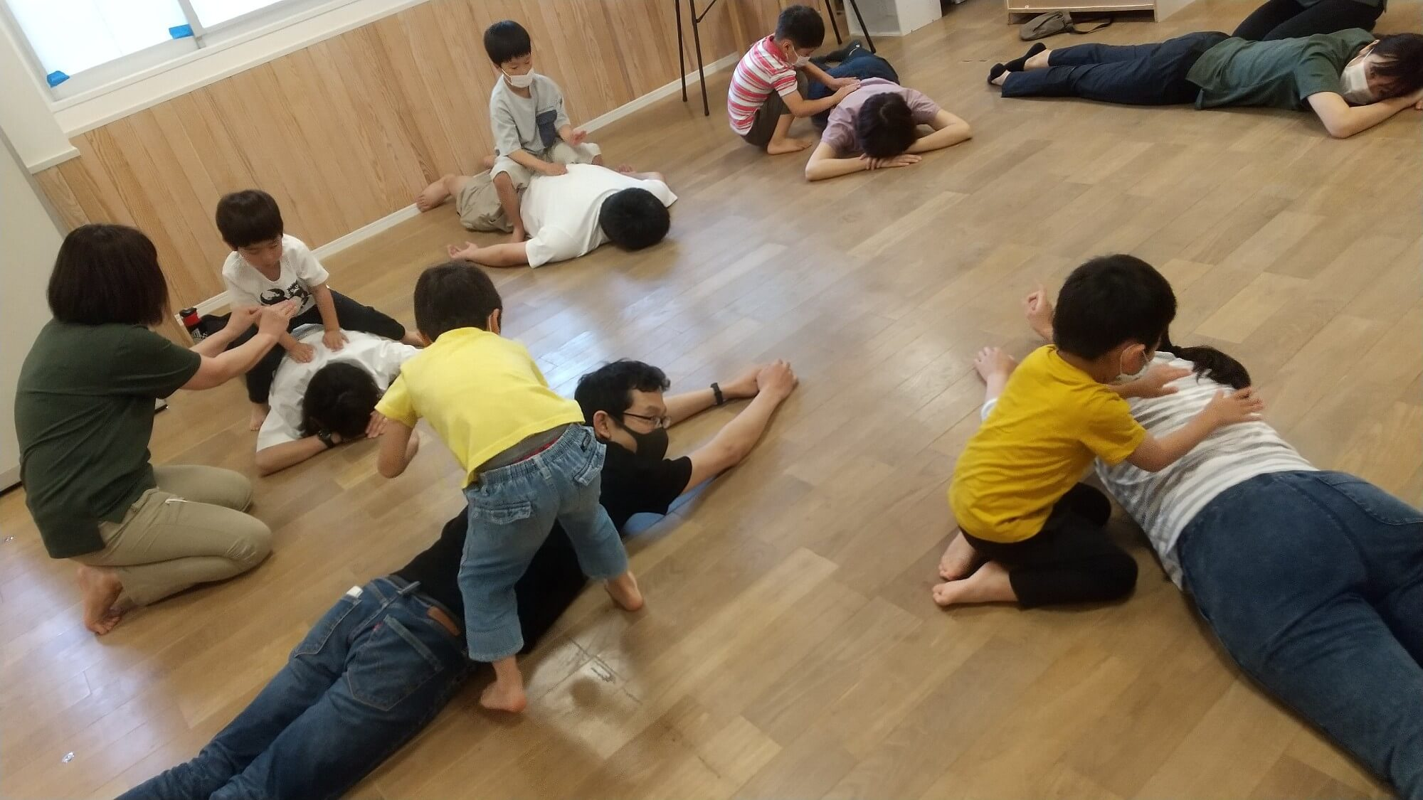 保護者にふれあい遊びをする子どもたち