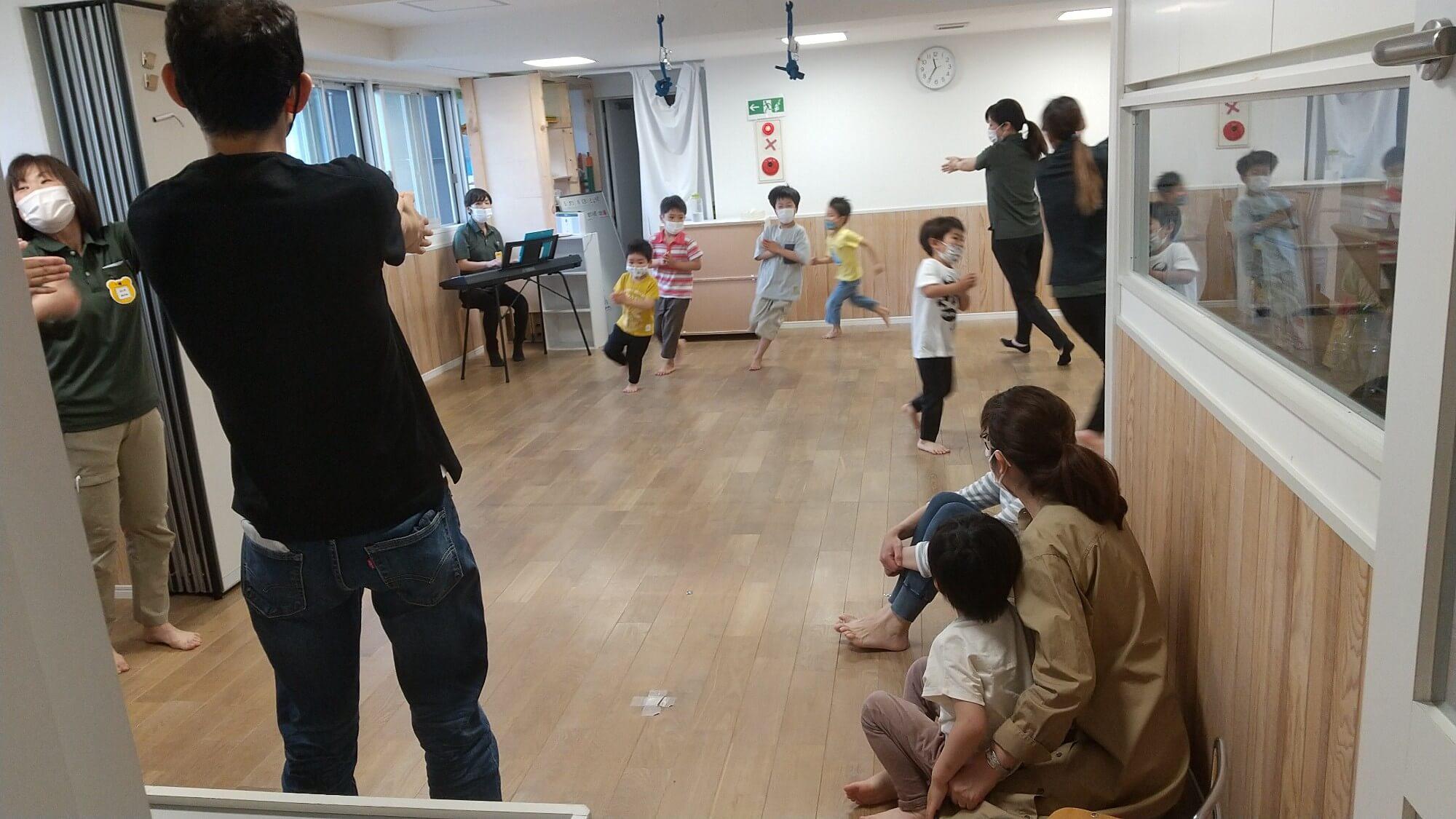 リズム体操をする子どもたち