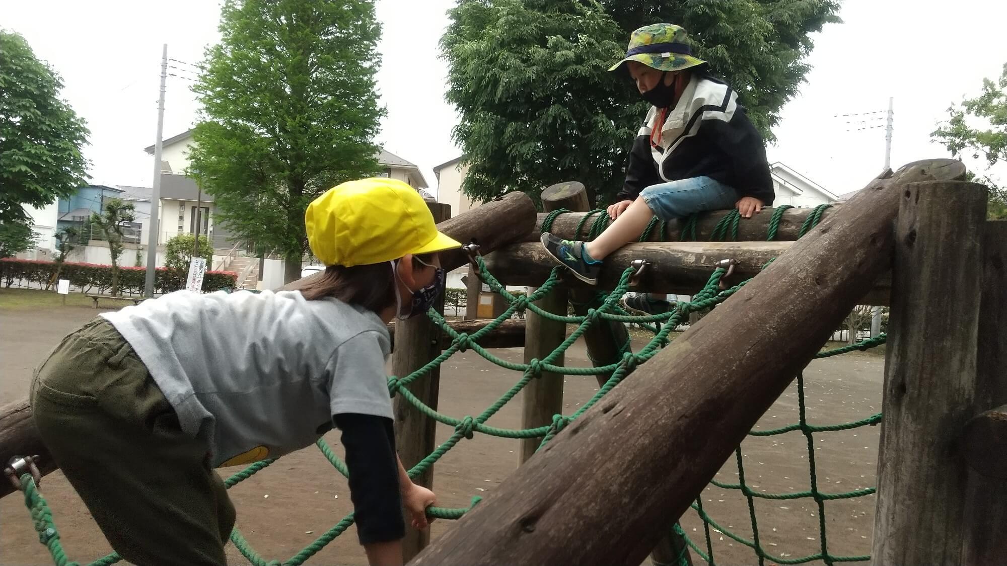 アスレチックで遊ぶ子ども